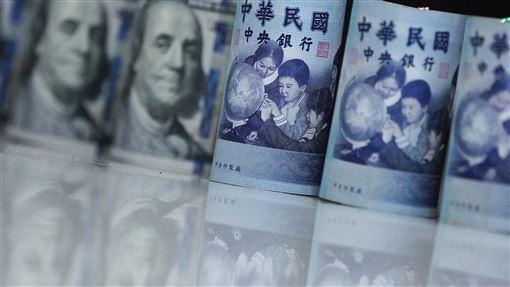 新台幣升7.4分 續創逾15個月新高外資強勁匯入,台灣4日再次上演股匯齊揚戲碼,新台幣兌美元收30.405元,升值7.4分,再創逾15個月新高。中央社記者徐肇昌攝 108年11月4日