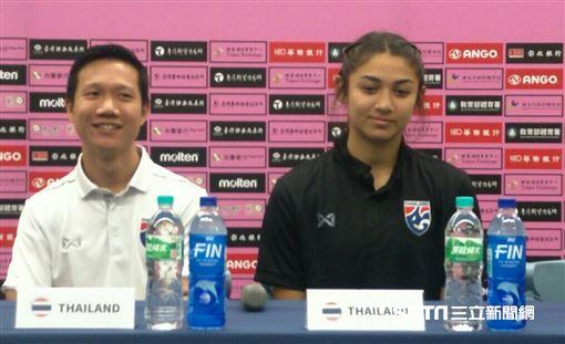 ▲中華女足隊長丁旗(左起)、總教練越後和男與泰國隊合影。(圖/記者林辰彥攝影)