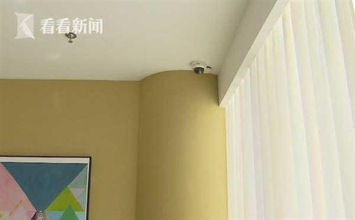 做下體除毛 抬頭驚見正前方有監視器(圖/翻攝自看看新聞)