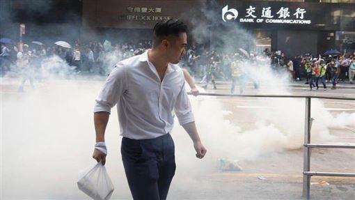 香港,反送中,港男,催淚彈,外賣(圖/翻攝自推特)