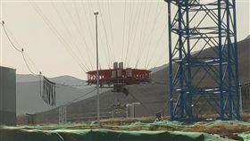 中國今(14)日在河北省成功完成一項火星探測器著陸測試,為明年進行歷史性的火星無人探測任務鋪路。(圖/翻攝自新華視點微博)