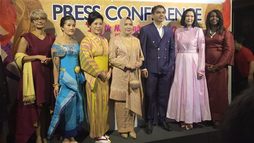 泰國基金會將舉辦泰絲走秀活動為了向全世界推廣泰絲之美,泰國遊客協助基金會14日舉行記者會,說明今年泰絲邁向世界之路(Thai Silk Road to the World)活動。中央社記者呂欣憓曼谷攝 108年11月14日