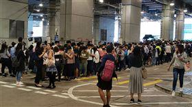 香港交通癱瘓 巴士站前市民大排長龍受「反送中」示威者破壞,香港13日的交通幾近癱瘓,全港650條公車專線中,當天上午只有100條線路提供有限度服務。圖為乘客在大圍小巴站前大排長龍。中央社記者張謙香港攝 108年11月13日
