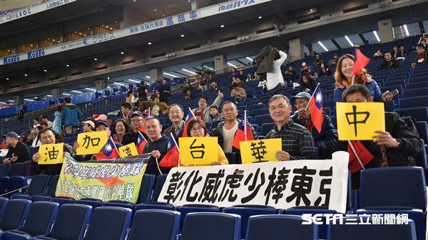 張奕、江少慶場邊為球迷簽名。(圖/記者王怡翔攝影)