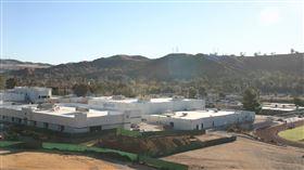 美國加州一間高中發生槍擊案。(圖/維基百科)  https://en.wikipedia.org/wiki/Saugus_High_School_(California)#/media/File:Saugus_Campus.JPG
