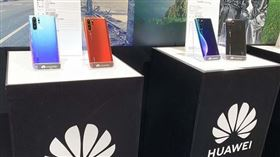 NCC 14日證實已發函給5大電信業者與代理商,在華為將手機通訊錄地區從「中國台灣」改回「台灣」前,不得販售包括P30、P30 Pro、Nova 5T手機。圖為華為P30系列。(中央社檔案照片)