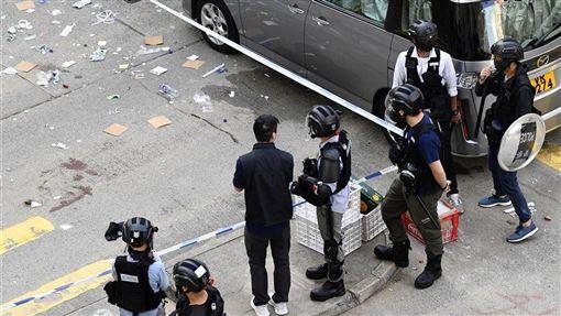 港媒報導,11日遭警察近距離槍傷的一名「反送中」示威男學生,原本一度情況危殆,目前已脫離險境。圖為衝突現場。(共同社提供)