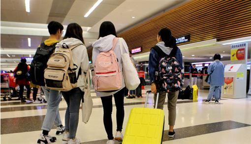 香港反送中延燒至大學校園,示威者與港警爆發衝突。據教育部14日最新統計,共有1021名學生在香港的大學攻讀學位,目前已有528人返台。圖為13日晚間從香港搭機抵台的台生。(中央社)