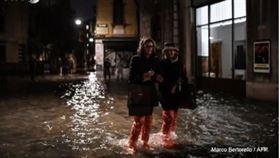 義大利,威尼斯,水患嚴重,觀光客,照玩(圖/翻攝自推特)