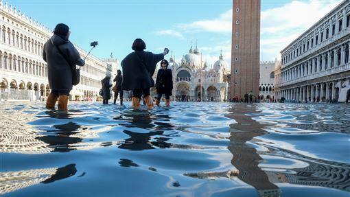 義大利,威尼斯,水患嚴重,觀光客,照玩(圖/路透社/達志影像)