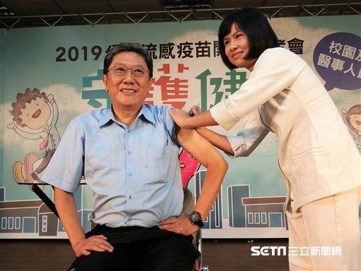 公費流感疫苗今(15)正式開打,李秉穎醫師也於今日代表第一階段開打的醫事人員,率先挽袖接種流感疫苗。(圖/記者楊晴雯攝)