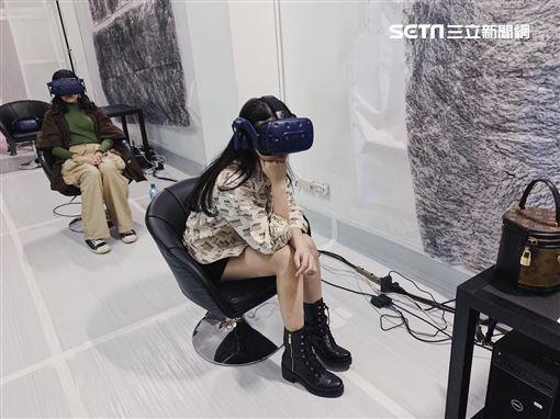 圖說1本屆金馬獎遞獎大使陳品兒欣賞金馬VR電影「咕嚕米的眼睛」。圖說2陳品兒與蔡明亮導演相見歡, 希望今年金馬能台上見。圖說3陳品兒看蔡明亮首部VR電影「家在蘭若寺」。圖說4陳品兒是本屆金馬獎唯一女性遞獎大使。圖片/美麗佳人提供圖片1--3提供:HTC VIVE ORIGINALS