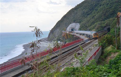 多良火車站,鐵路電氣化,隧道出口,更貼海岸,觀光景點(圖/中央社)