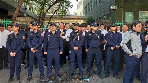 華映近700位員工赴大同抗議 警察一字排開大同集團旗下面板廠中華映管因財務危機關廠,15日近700名華映員工聚集在大同總公司前抗爭,當700人準備向前衝之際,轄區警察在大同公司門口一字排開,防範未然。中央社記者潘智義攝 108年11月15日