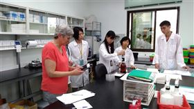 台灣木瓜種子檢驗法獲國際認可農委會種苗場15日表示,國際種子貿易須附種子檢查,台灣又是木瓜種子最大出口國,農委會種子檢查室也是國際種子檢查協會(ISTA)會員,所提檢查法9月通過稽核,繼續獲得發證資格。(種苗場提供)中央社記者楊淑閔傳真  108年11月15日