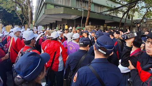 華映近700位員工集體衝向大同 與警衛衝撞大同集團旗下面板廠中華映管因財務危機關廠,15日近700名華映員工聚集在大同總公司前抗爭,700人一起衝向大同公司門口,與警衛發生衝撞。中央社記者潘智義攝  108年11月15日