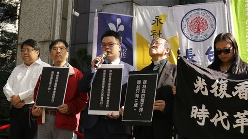 香港情勢嚴峻 律師籲助港人來台受庇護香港抗爭者支援工作台灣義務律師團發言人林俊宏(中)表示,台灣有能力協助港人,政府應加緊腳步,讓受迫害的港人來到台灣安歇。中央社記者繆宗翰攝 108年11月15日