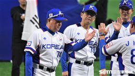 12強韓國隊專任監督金卿文投手教練崔一彥。(圖/記者王怡翔攝影)