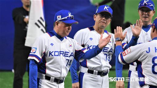 12強韓國隊專任監督金卿文投手教練崔一言。(圖/記者王怡翔攝影)