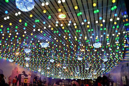 新北歡樂耶誕城將點燈開城(2)2019新北歡樂耶誕城15日晚間將正式點燈開城,活動地點串連台鐵板橋車站,打造「雙塔一樹」的聲光體驗。展期持續至2020年元旦止。圖為108年11月14日晚間板橋車站裝置藝術點燈,吸引民眾參觀。中央社記者黃旭昇新北市攝 108年11月15日