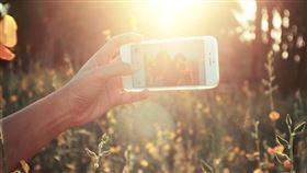 自拍,拍照,手機,旅遊 圖/翻攝自pixabay https://pixabay.com/photos/selfies-cell-phone-sunny-outdoors-1149816/