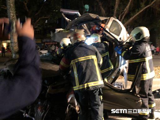 台北市大安區辛亥路二段轎車自撞分隔島,受困駕駛被救出時已無生命跡象(翻攝畫面)