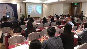 唐鳳談數位民主 菲國聽眾關心如何打擊假新聞台灣兒童暨家庭扶助基金會14日、15日在馬尼拉舉行研討會,行政院政務委員唐鳳15日以視訊方式就台灣的數位民主發表演講。中央社記者陳妍君馬尼拉攝 108年11月15日