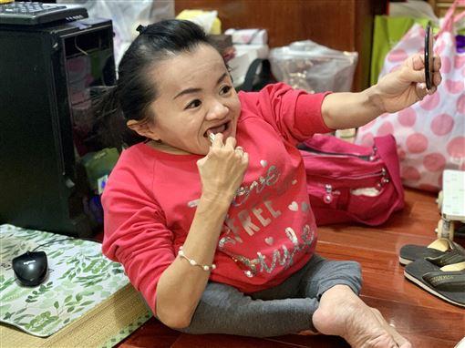 玻璃娃娃陳靜琪,口足畫家許世皇(記者郭奕均攝影)