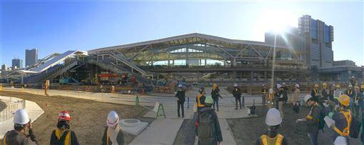 JR東日本公司16日邀媒體參觀山手線新站「高輪Gateway」,高輪Gateway車站由日本知名建築師隈研吾操刀設計,外觀特徵是從折紙發想的白色大屋頂。(共同社提供)