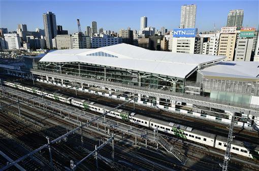 JR東日本山手線新站「高輪Gateway」是由日本知名建築師隈研吾操刀設計,外觀特徵是從折紙發想的白色大屋頂。(共同社提供)