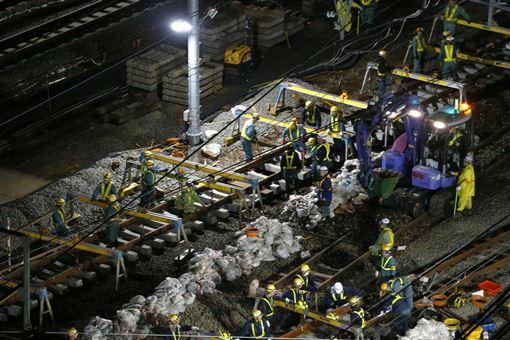 為配合山手線新站「高輪Gateway」啟用工程,東京JR山手線16日進行3條軌道轉換工程,一直到下午4時停駛約1/3區間。(共同社提供)
