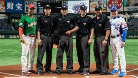 ▲韓國媒體狂問墨西哥總教練Juan Castro(左二)有關日籍主審(左三)的看法,疑似試圖營造日籍主審不公的形象(圖/翻攝自WBSC。)