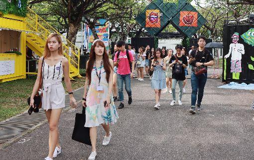 新加坡Artbox創意市集吸引人潮新加坡Artbox創意市集開跑,周末假日吸引熱愛文創商品的參觀人潮。中央社記者黃自強新加坡攝 108年11月16日