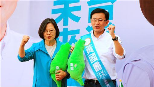 蔡總統台中輔選 強調最重要是守住台灣主權總統蔡英文(左)16日在台中為力拚連任的民進黨籍立委黃國書(右)站台助選,蔡總統並強調,最重要的一件事,就是守住台灣的主權與民主自由。中央社記者蘇木春攝 108年11月16日
