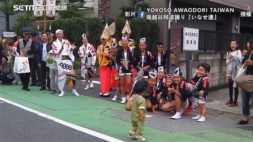 ▲ゆうま君很有律動地舞動起來,讓許多路人駐足欣賞,一旁專業樂隊也替他伴奏!(圖/YOKOSO AWAODORI TAIWAN 授權)