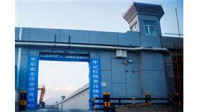 中國政府將新疆再教育營稱為「集中教育培訓學校」,相關設施高度保密。紐時取得的403頁文件,揭露中國國家主席習近平等高層指示,促成再教育營建設。(檔案照片/路透社提供)
