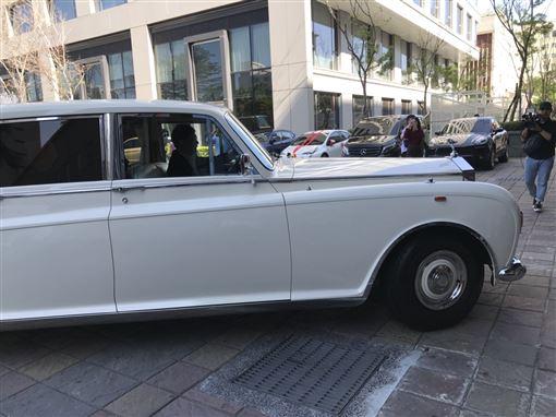 林志玲乘坐勞斯萊斯復古車稍早已移車移動中。(圖/記者邱于倫攝影)