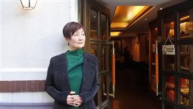 上海作家淳子談張愛玲上海作家、電台主持人淳子說,和一般學術研究者不同,她是以「同城女子」的身分和心情研究張愛玲。圖中為她在張愛玲故居常德公寓一樓咖啡館外留影。中央社記者張淑伶上海攝  108年11月17日