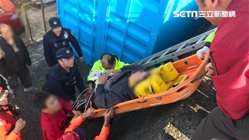 一名男子跌落外木山港區消波塊。海巡提供