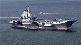 美國防情報研析中國軍力(3)美國國防情報局發布新的中國軍力報告,指中國藉挑戰他國對東海與南海主權的主張、建造航艦,形塑區域龍頭地位。圖為2017年訪問香港時的遼寧號航空母艦。中央社記者陳亦偉攝 108年1月16日