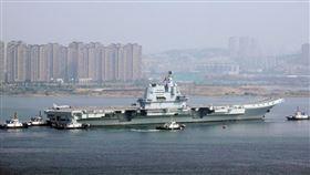 中共解放軍首艘自製航母002艦日前在渤海展開第8次海試的畫面。(圖/翻攝大公報)