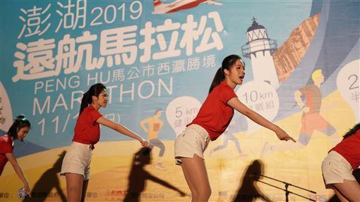 多圖嬌點/美女空姐跑馬拉松 遠航澎湖鳴槍4300人開跑 遠東航空