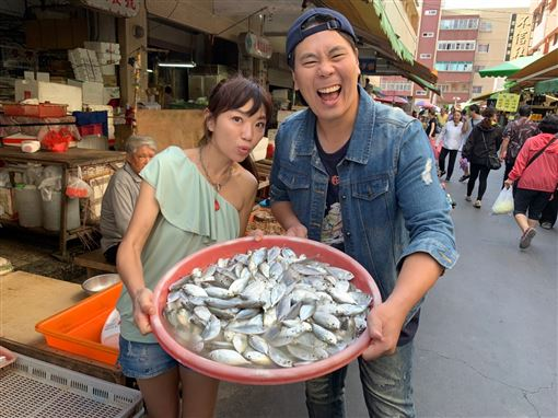 主持人來到當地市場認識海鮮