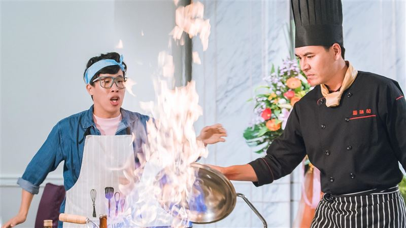 王傳一挑戰演廚師!炒鍋「火高一公尺」燙傷手腕腫一片