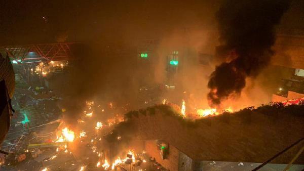 港人反抗/港警今晨攻堅理大!示威者校門「火燒路障」堵警