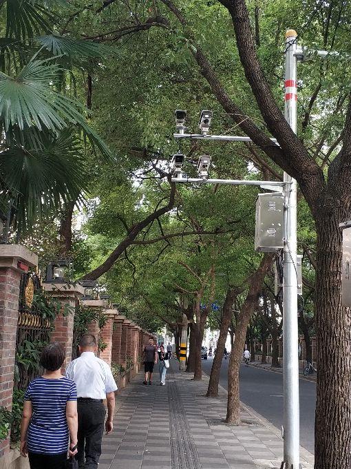 上海街道社區  隨處可見電子監控(1)上海隨處可見各種類型的監視器。英國數據研究公司Comparitech在2019年的報告指出,每1000人分配到的閉路電視(CCTV)攝影機監視器數量,上海在全球城市排名第3。中央社記者張淑伶上海攝  108年11月18日