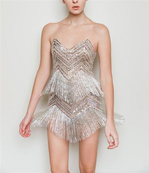 志玲婚禮After Party上穿的Nicole+Felicia銀色流蘇小洋裝,在前胸與後背以透膚薄紗支撐,盡情舞動性感也不會走光。(Nicole+Felicia提供)
