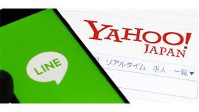 持有雅虎日本母公司Z Holdings約45%股權的軟體銀行公司與LINE 18日宣布合併一事已達成基本協議,預計2020年10月前合併。(共同社提供)
