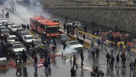 伊朗調高油價並實施配給,掀起民眾抗議浪潮,動亂中有一警一民共兩人喪生,當局隨後逮捕數十人並進行網路管制。圖為伊朗民眾16日在高速公路上示威抗議汽油價格上漲。(路透社提供)