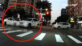 路口大對決?左轉車直行車同步加速互撞